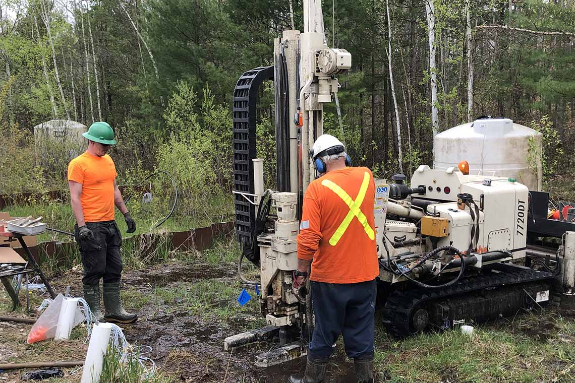 Photo of technicians collecting core samples from a hydrocarbon-contaminated aquifer near Barrie, Ont.