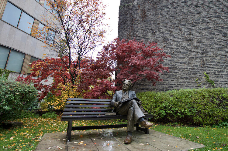 Photo of statue of Northrop Frye