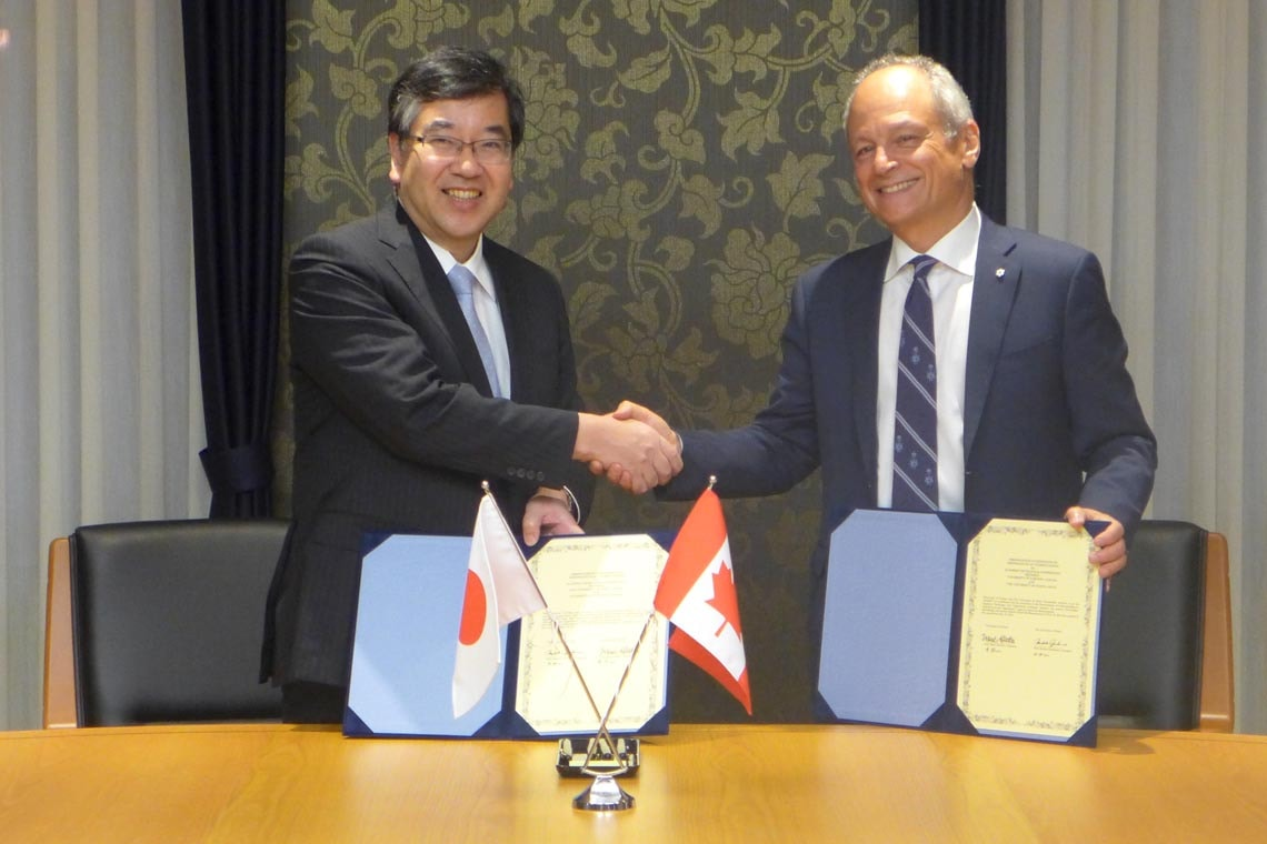 University of Tokyo President Makoto Gonokami and University of Toronto President Meric Gertler shaking hands